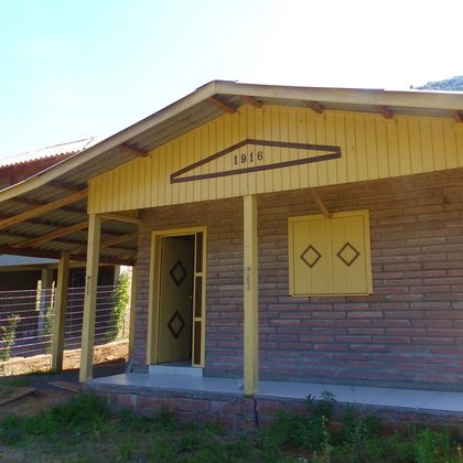 Residência com 60,00 m² privativos e um dormitório, edificada sobre terreno com 431,41 m², em Picada Café-RS