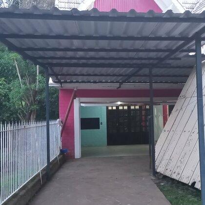 Cabana com dois quartos, sala, cozinha, dois banheiros, garagem, lavanderia e varanda.