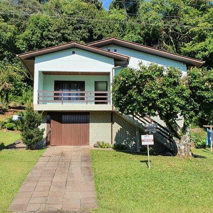 Casa com amplo terreno e 4 quartos em Picada Café, na Serra Gaúcha