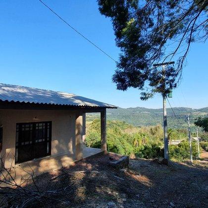 Residência com 3 dormitórios, sendo uma suíte, localizada em Picada São Paulo, Município de Morro Reuter-RS.