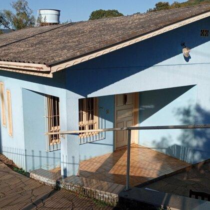 Residência localizada no Centro, constituída de três dormitórios, sala de estar, cozinha, dois banheiro, área de serviço e garagem.