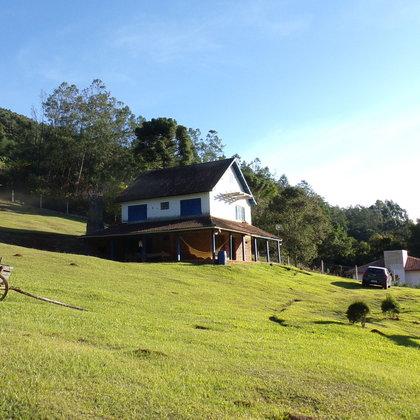 Sítio com vertente e casa de alvenaria em Morro Reuter-RS