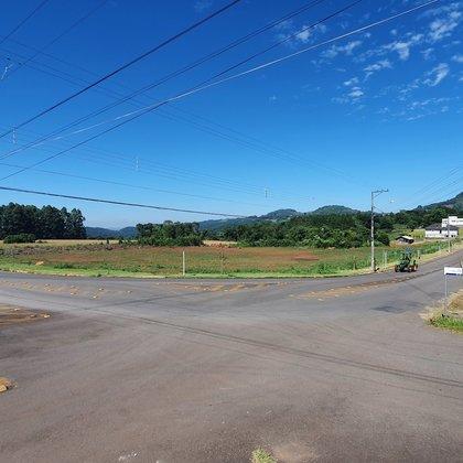 Amplo e belo terreno de esquina com área de 9.243,08 m², localizado no centro do município de Linha Nova-RS.