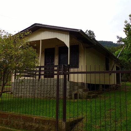 Residência constituída de 3 dormitórios e terreno com 372,00 m², localizada no bairro Joaneta, município de Picada Café-RS