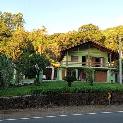 Residência em alvenaria com 240,00 m², edificada em um terreno de 550,00 m², localizada no bairro Picada Holanda, município de Picada Café-RS..
