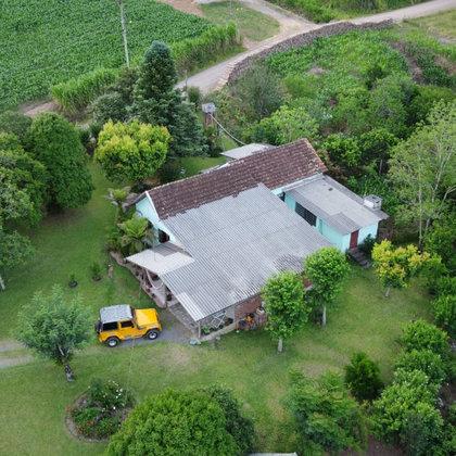 Residência com 04 dormitórios, edificada sobre bela área de 3.701,89 m², localizada no Bairro Joaneta, Município de Picada Café-RS.