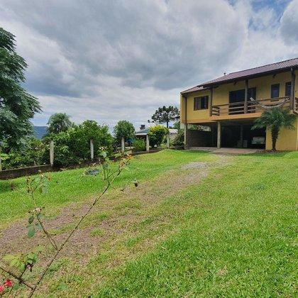Residência com três dormitórios e terreno de 786,78 m², localizada no bairro Floresta, município de Picada Café-RS.