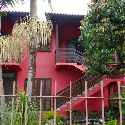 Excelente residência localizada no Bairro Joaneta, constituída de sala de estar, cozinha, despensa, quatro quartos, dois banheiros, um lavabo, garagem, área de serviço e quiosque com churrasqueira.