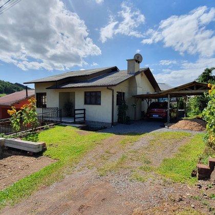 Residência com 5 dormitórios em terreno de esquina, localizada no bairro Picada Holanda, município de Picada Café-RS.