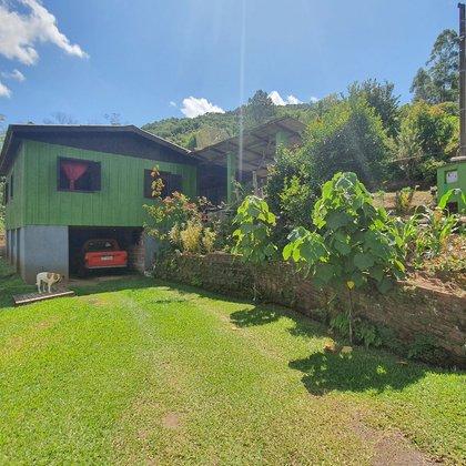 Residência com 3 dormitórios em amplo terreno de 740,56 m², localizada no bairro Floresta, município de Picada Café-RS.