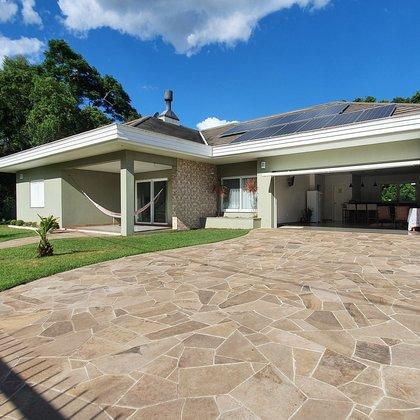 Residência em alvenaria com 255,00 m², edificada em um terreno de 720,00 m², localizada no bairro Centro, município de Picada Café-RS..