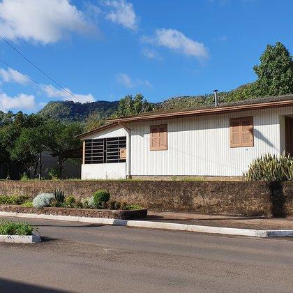Residência com 3 dormitórios sobre terreno com 535,41 m², localizada no centro comercial do município de Picada Café-RS.