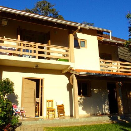 Residência de 153,31 m², com 3 dormitórios, localizada no bairro Centro, município de Picada Café-RS