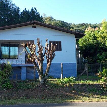 Residência localizada no bairro Lichtenthal, constituída de três dormitórios, sala de estar, cozinha, banheiro, área de serviço e despensa.