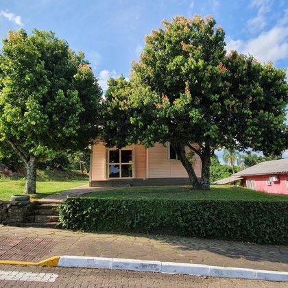 Residência com 03 dormitórios, edificada sobre terreno de esquina com 471,00 m², localizada no bairro Esperança, município de Picada Café-RS.
