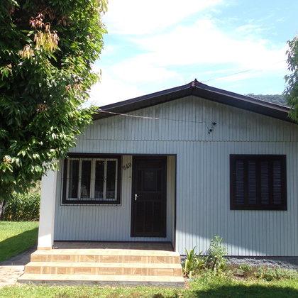 Residência localizada no Centro, constituída de três dormitórios, sala de estar, cozinha e banheiro.
