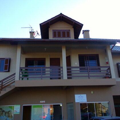 Apartamento constituído de cozinha, sala de estar, dois dormitórios, lavanderia e banheiro.