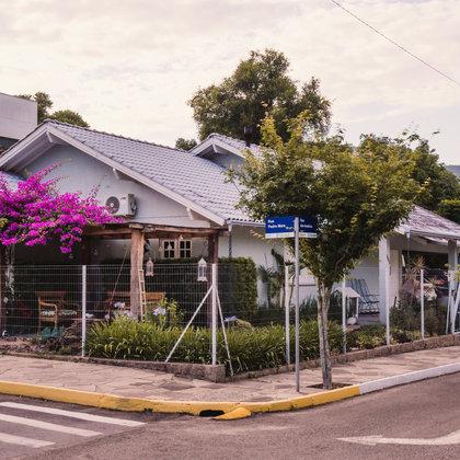 Residência com 3 dormitórios, sendo 01 suíte master, edificada sobre terreno de esquina com 425,40 m², no bairro centro do município de Picada Café-RS.