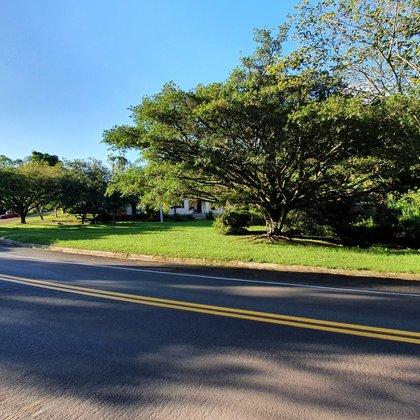 Residência de 4 dormitórios e terreno com área de 20.000 m², localizada no bairro Morro Bock, município de Picada Café-RS.