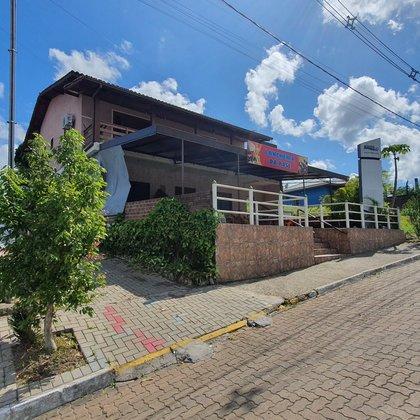 Sobrado comercial e residencial com área construída de 275,95 m², localizado no bairro Joaneta, município de Picada Café-RS.