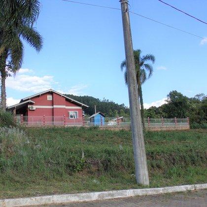 Terreno de esquina com 441,34 m², situado no Bairro Centro, Município de Picada Café-RS.
