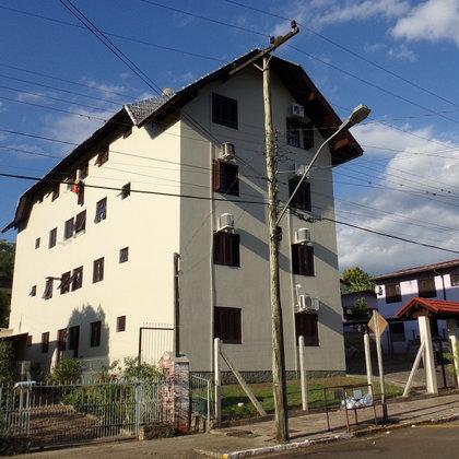 Apartamento térreo com 02 dormitórios e box garagem, localizado no Bairro Bela Vista, Município de Picada Café-RS.