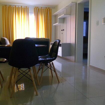 Apartamento localizado no Centro, constituído de cozinha, sala de estar, sala de jantar, dois dormitórios, lavanderia, banheiro e box de garagem.