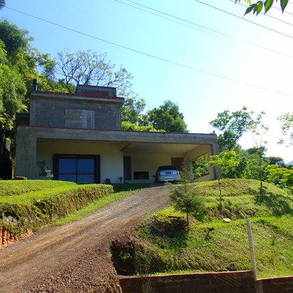 Residência com 199,23 m² privativos, edificada sobre terreno com 899,19 m², em Picada Café-RS.