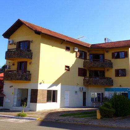 Apartamento com 3 quartos, sendo 1 suíte, localizado no centro de Picada Café – RS. Imóvel com piscina.