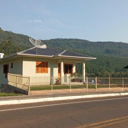 Casa cercada, com três quartos em Picada Café na serra gaúcha.