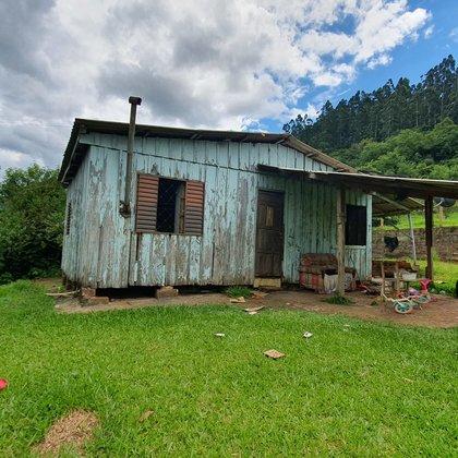Residência com dois dormitórios, edificada sobre terreno de esquina com 523,46 m², localizada no Bairro Esperança, município de Picada Café-RS.