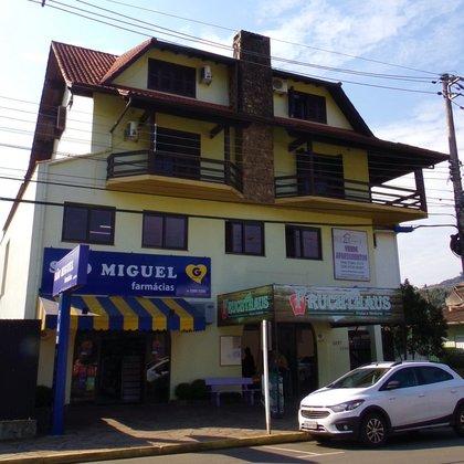 Apartamento com 2 dormitórios, localizado no centro comercial da cidade de Picada Café-RS