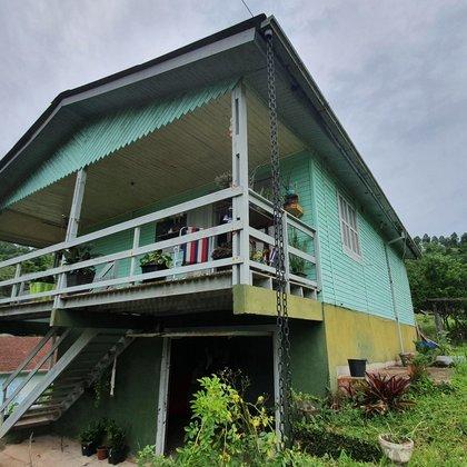 Residência com 02 dormitórios edificada em terreno de esquina de 407,94 m², localizada no bairro Bela Vista, município de Picada Café-RS.