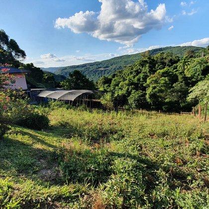 Terreno com área de 410,00 m², localizado no bairro Quatro Cantos, município de Picada Café-RS.
