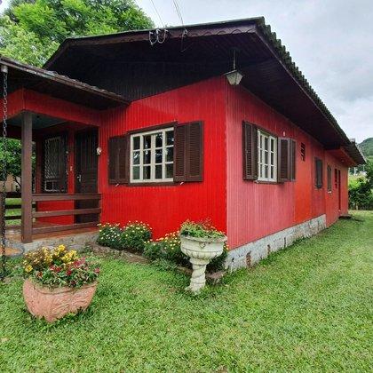 Residência com 03 dormitórios edificada sobre terreno com 364,87 m², localizada no bairro Joaneta, município de Picada Café-RS.