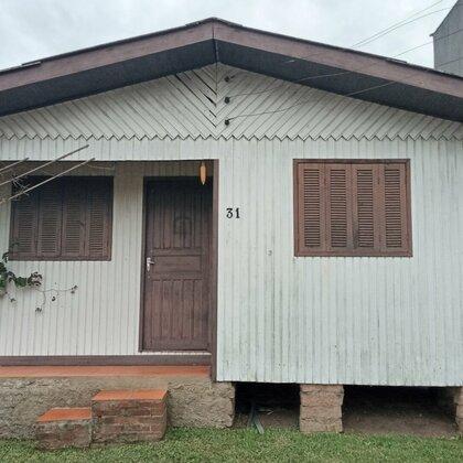Residência localizada no Centro, constituída de três dormitórios, sala de estar, cozinha, banheiro e garagem.