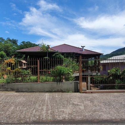Residência com 03 dormitórios em meio a muito lazer e natureza, localizada no Bairro São João, município de Picada Café-RS.
