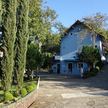 Linda Pousada com 31 leitos e área de 4.416,20 m², localizada no centro do município de Picada Café-RS