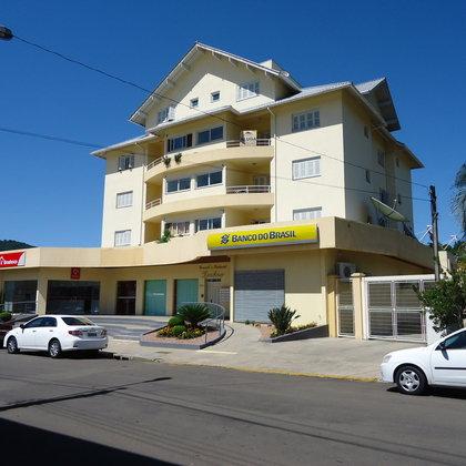 Amplo e belo apartamento duplex com 3 dormitórios e 1 suíte master no centro comercial do município de Picada Café-RS.