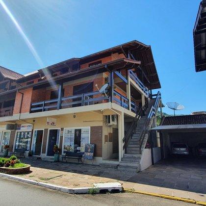 Apartamento com 2 dormitórios e 111,71 m² privativos, localizado no centro comercial do município de Picada Café-RS