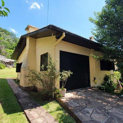 Residência com 2 dormitórios e amplo terreno com 1.081 m², localizada no bairro Picada São Paulo, município de Morro Reuter-RS.