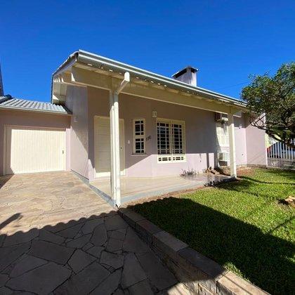 Residência com 3 dormitórios, localizada no bairro Centro, município de Picada Café-RS.