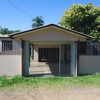Residência com 03 dormitórios, edificada em um terreno de 574,20 m², localizada no bairro Centro, município de Picada Café-RS.