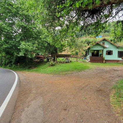Sítio com área de 7.520,00 m² e residência com 2 dormitórios, localizado às margens da BR 116, no município de Nova Petrópolis - RS.