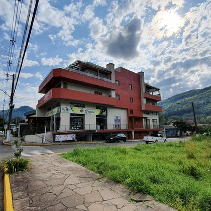 Apartamento com 2 dormitórios e 82,40 m² privativos, localizado no centro comercial de Picada Café-RS.