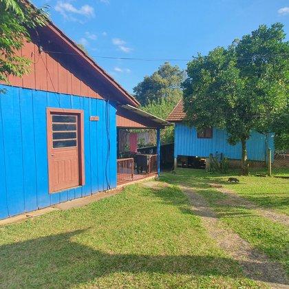 Duas residências mistas edificadas sobre um terreno de 691,17 m², localizadas no bairro Centro, município de Picada Café-RS.