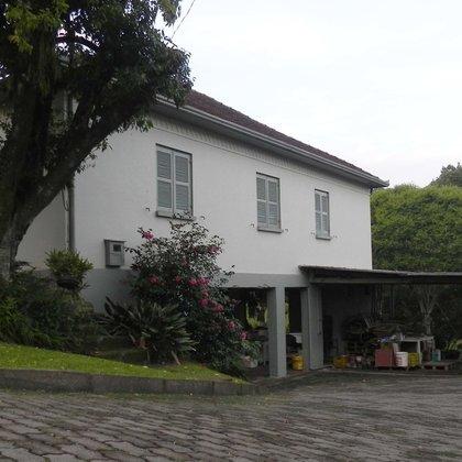 Duas residências com 4 e 2 dormitórios, edificadas sobre um terreno de 1.295,00 m², localizadas no bairro Joaneta, município de Picada Café-RS