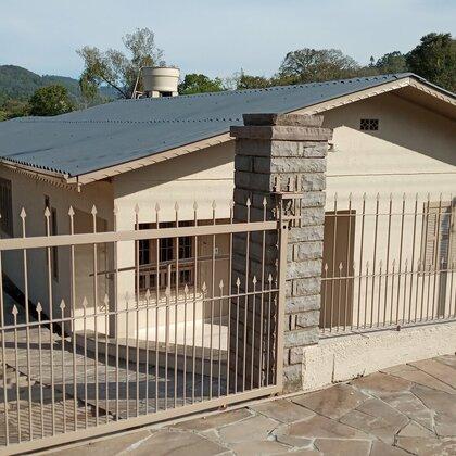 Casa com três quartos em excelente localização de Picada Café-RS