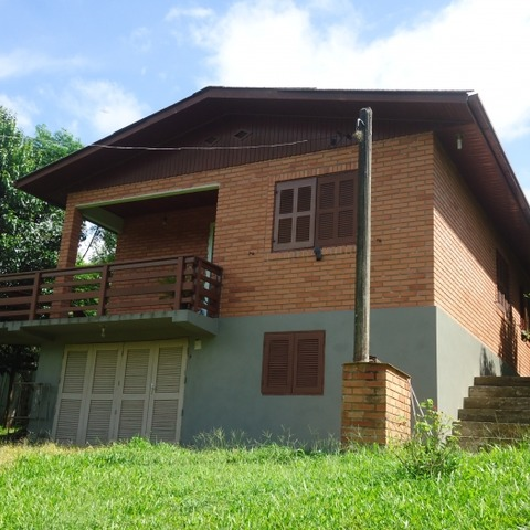Residência com aproximadamente 85,00m², localizada as margens da BR116, Bairro Centro, Município de Picada Café-RS, edificada em um terreno de 370,00 m².