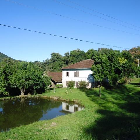 Área com 8.396,02m², e residência com quatro dormitórios, ao lado do Parque Histórico Municipal Jorge Kuhn em Picada Café.